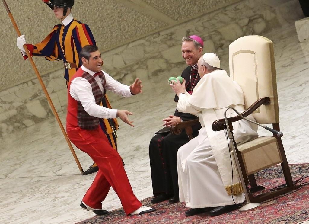 28.jan.2015 - Artista circense oferece nesta quarta-feira (28) bolas de malabarismo ao papa Francisco durante audiência geral no Vaticano