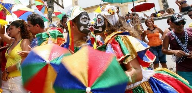 Casal fantasiado se beija durante desfile do bloco Bacalhau do Batata, em Olinda (PE); diminuir a variedade de parceiros contribui para evitar contaminação - Ana Carolina Fernandes/Folhapress