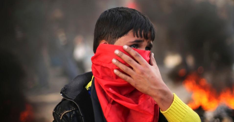 28.jan.2015 - Garoto participa nesta quarta-feira (28) de protesto contra decisão da ONU de suspender ajuda a dezenas de milhares de palestinos para restaurar suas casas ou pagar o aluguel em Gaza depois da guerra com Israel, em 2013. O protesto aconteceu em frente ao prédio da ONU em Gaza