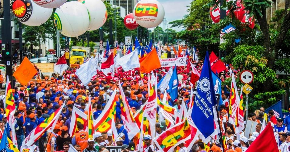 Manifestantes da CUT e de outras centrais sindicais realizaram caminhada pela avenida Paulista, em São Paulo, no dia 28