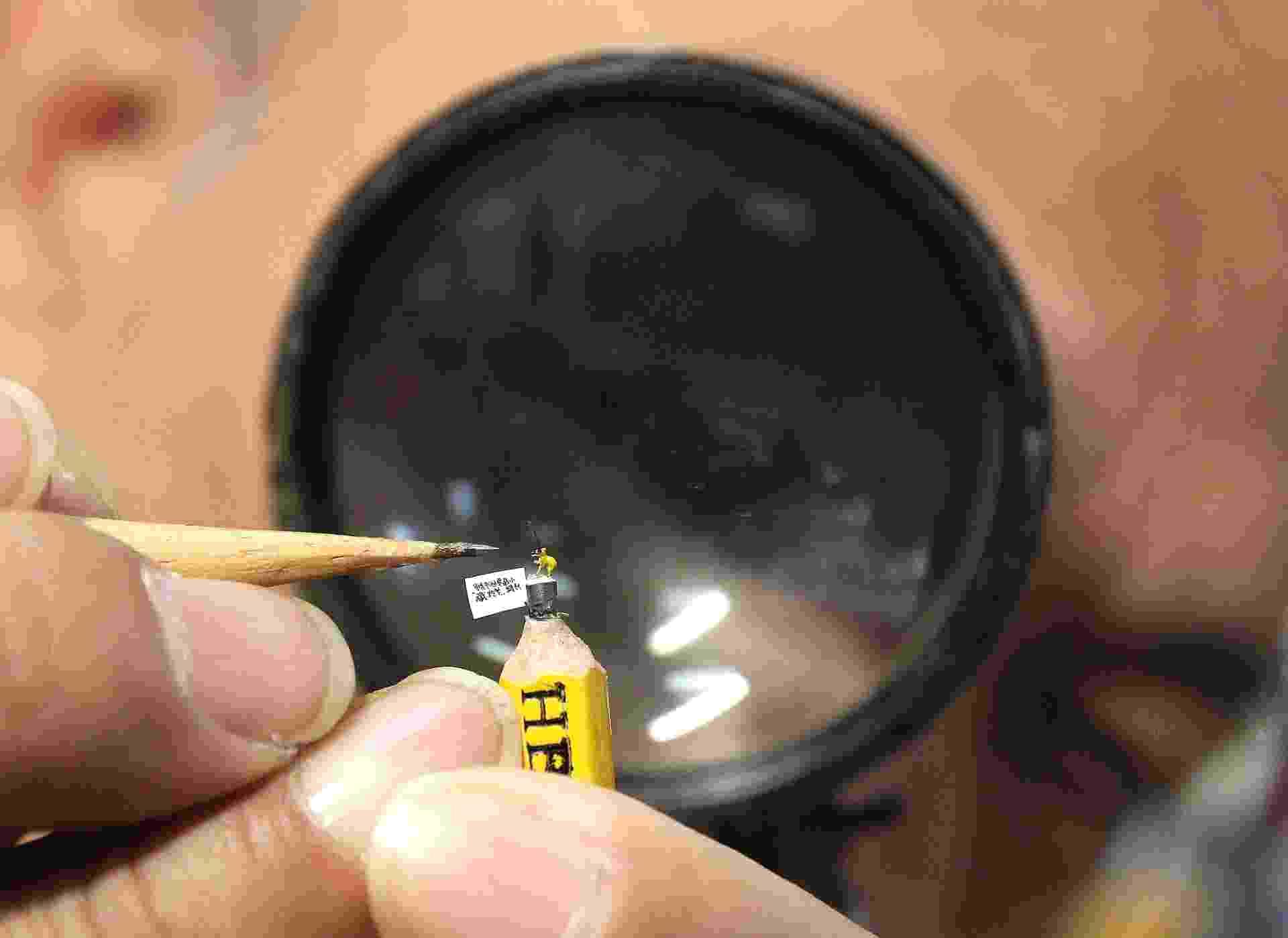 28.jan.2015 - O artista taiwanês Chen Forng-shean é conhecido por suas micro esculturas  - Reuters