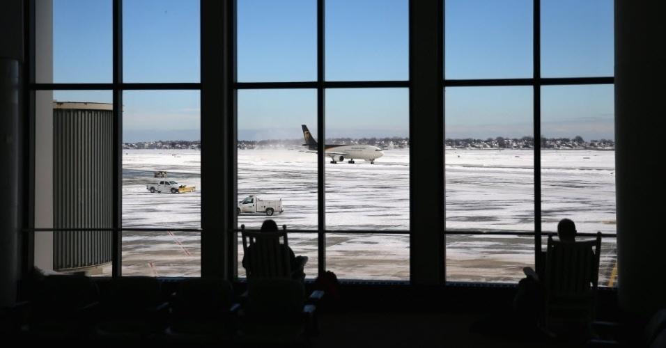 28.jan.2015 - Passageiros aguardam no Terminal B do Aeroporto Internacional de Boston, nos Estados Unidos, um dia depois de a área ser atingida por uma forte nevasca. A região teve o acúmulo de dois metros de neve
