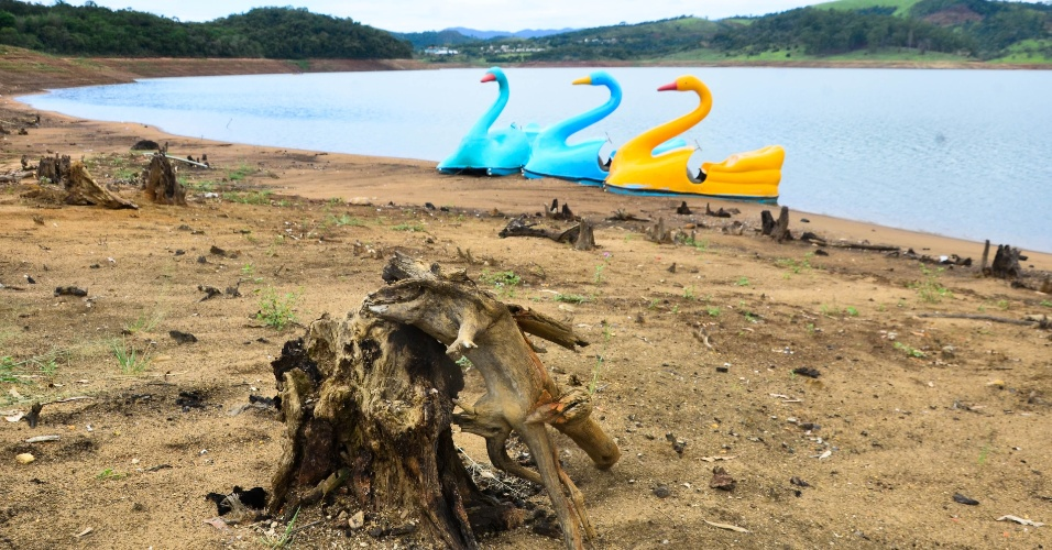 28.jan.2015 - Pedalinhos repousam sobre o solo seco do rio Atibainha, na cidade de Nazaré Paulista, no interior de São Paulo