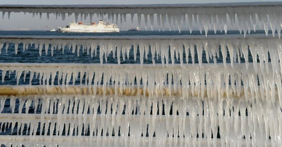 28.jan.2015 - Pequenas estalactites se formam nas grades de proteção do porto de Donggang, em Dalian, na província de Liaoning, no nordeste da China