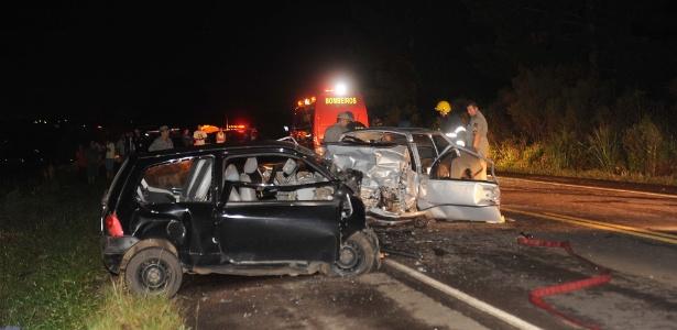 Cenas como a deste acidente entre um Chevrolet Monza e um Renault Twingo, em rodovia do Rio Grande do Sul, foram um pouco menos frequentes no Carnaval de 2015 - Fernando Ramos/Agência RBS/Folhapress