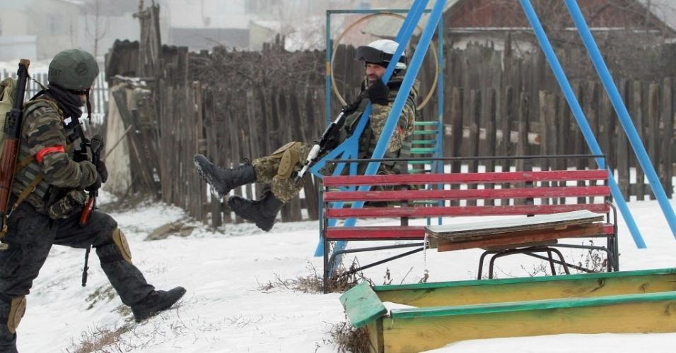 28.jan.2015 - Um soldado ucraniano do batalhão de voluntários de Donbass brinca no balanço de um parque nesta quarta-feira, após uma operação em uma vila da região de Lugansk (no leste da Ucrânia), controlada por separatistas pró-Rússia. Pelo menos 16 civis morreram e 114 ficaram feridos por bombardeios de artilharia e disparos de mísseis nas últimas 24 horas em Lugansk, segundo informações de separatistas