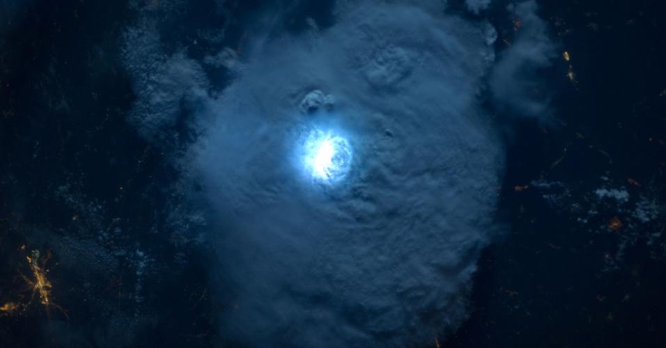 28.jan.2015 - Uma câmera noturna disponível aos astronautas da ISS (Estação Espacial Internacional) captura  luz provocada por relâmpagos na Terra vista do espaço. Esta imagem, divulgada nesta quarta-feira (28), foi obtida a 400 quilômetros acima do planeta em 2012. A uma distância tão longa, o flash de uma câmera comum é inútil para tirar imagens noturnas da Terra, mas com a câmera da ESA (agência espacial europeia), que compensa o movimento da ISS, as imagens ficam nítidas