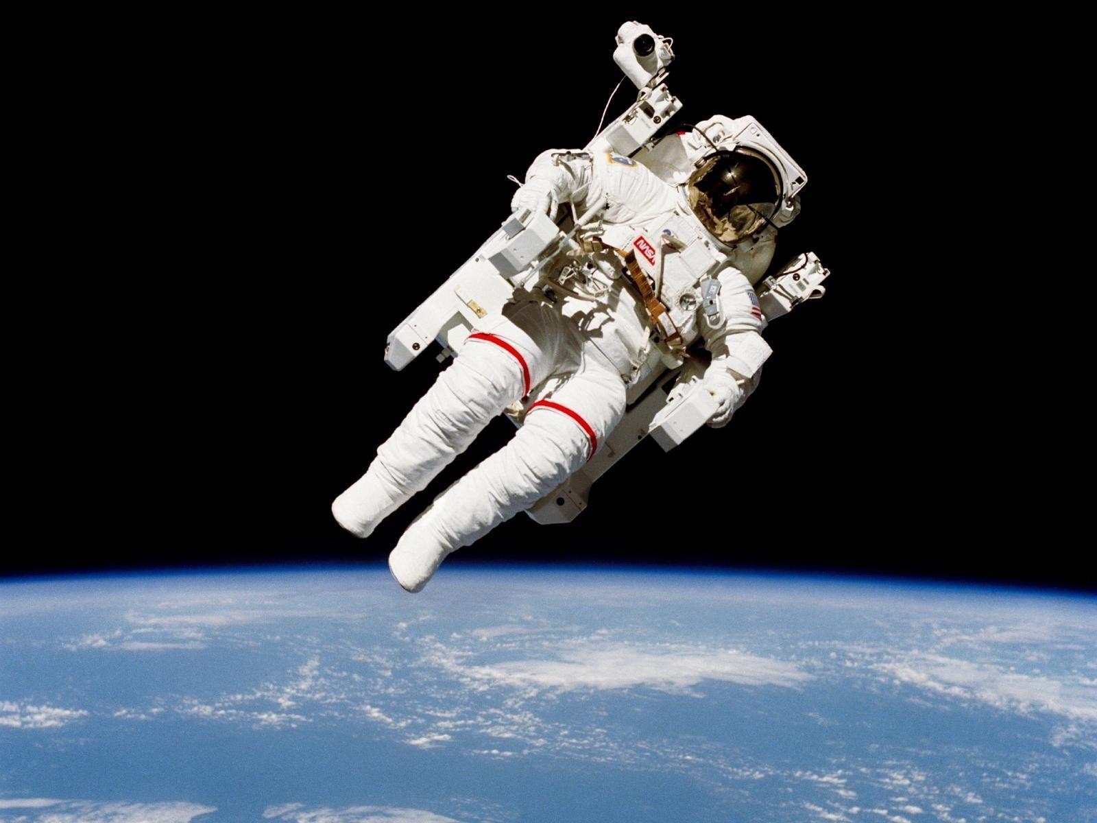 28.jan.2015 - O astronauta Bruce McCandless II, faz caminhada histórica durante a missão STS 41-B. Esta caminhada foi a primeira com equipamento sem estar ligado à nave-mãe, em fevereiro de 1984. O astronauta foi fotografado a poucos metros de distância da cabine do ônibus espacial Challenger.