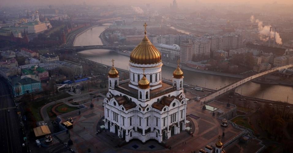 BBC - A catedral de Cristo Salvador, também às margens do rio Moscou, exibe na foto suas cúpulas douradas