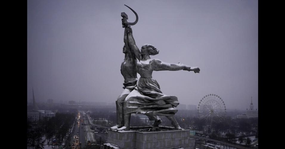 BBc - As imagens revelam uma cidade de arquitetura inspiradora e monumentos imponentes, como esta escultura de Vera Mukhina, criada originalmente para a Feira Mundial de Paris de 1937