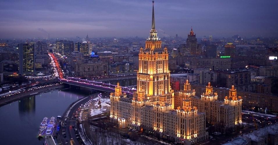 BBC - Moscou, a capital da Rússia, foi fotografada de cima, por ângulos inusitados, sob os olhos do fotógrafo neo-zelandês Amos Capple. Usando um drone equipado com câmera, ele conseguiu uma perpectiva sobre a sidade. Acima, o hotel Ukrania iluminado no entardececer