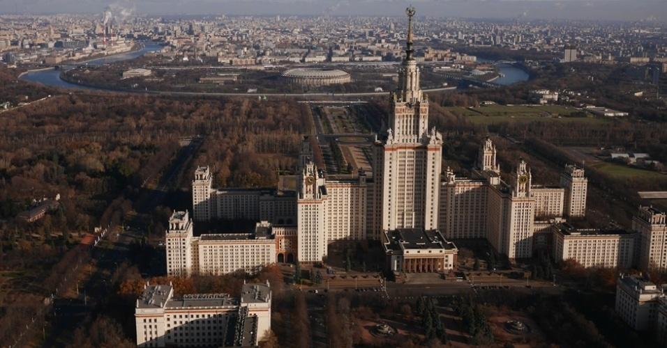 BBC - Outros edifícios foram menos difíceis de serem fotografados, caso da Universidades Estadual de Moscou, vista na foto acima com o rio Moscou ao fundo