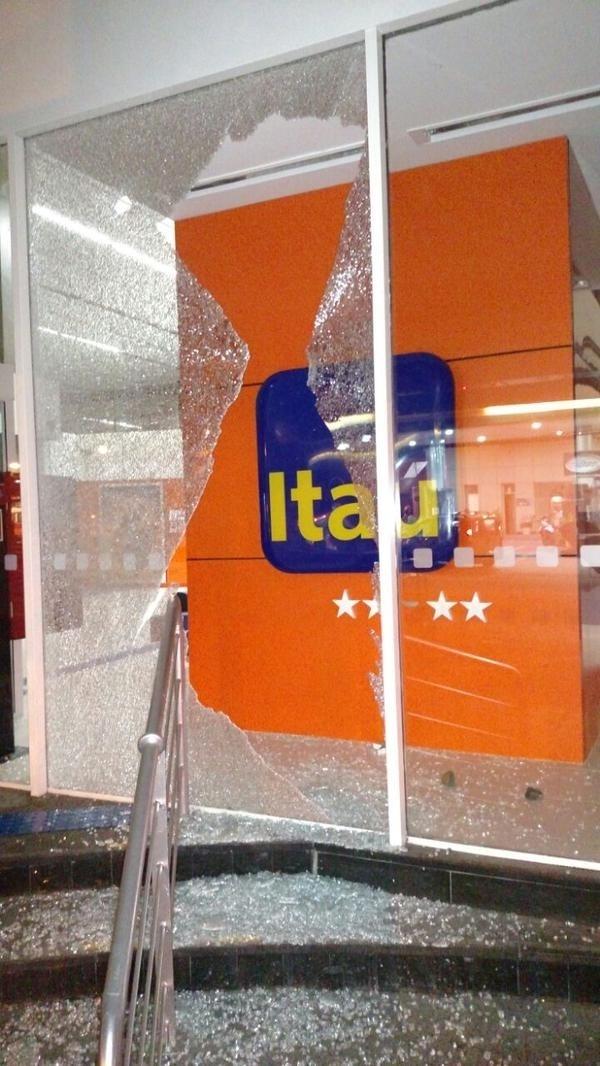 29.jan.2015 - Agência bancária na av. Brigadeiro Luís Antonio, na zona sul, foi depredada após protesto contra aumento da tarifa do transporte público, nesta quinta-feira (29)