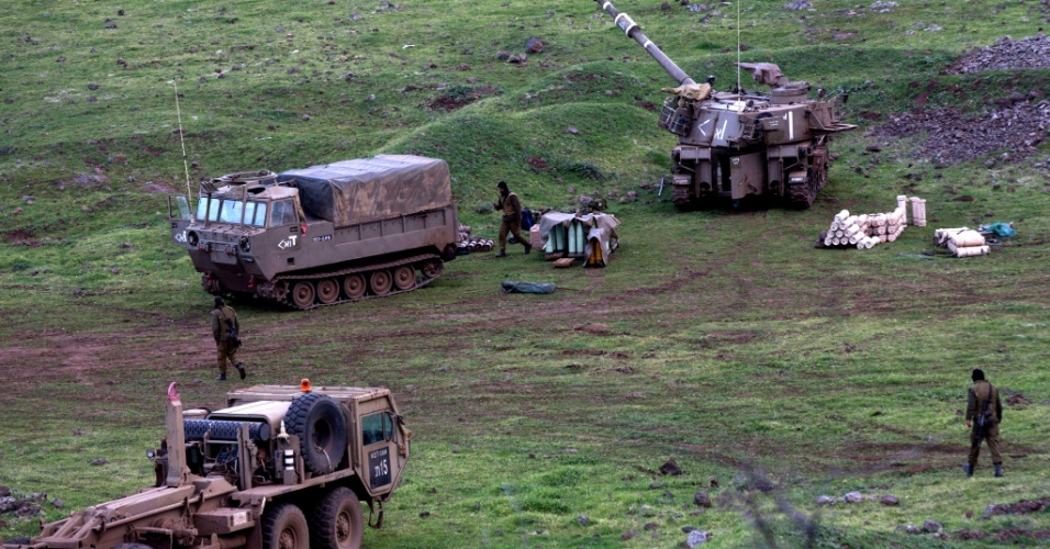 29.jan.2015 - Baterias de artilharia móvel israelenses são deslocadas nesta quinta-feira (29) para perto da fronteira com o Líbano, na região das colinas de Golã, ocupadas por Israel desde 1967, após a guerra dos Seis Dias, depois da morte de três pessoas em um ataque do Hezbollah. O primeiro-ministro israelense, Benjamin Netanyahu, advertiu que o grupo islâmico libanês que irá pagar o