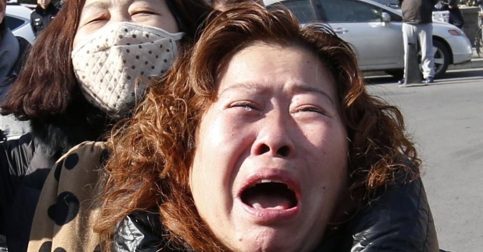 29.jan.2015 - Familiares de passageiro que estava a bordo do voo MH370, da Malaysia Airlines, choram durante um protesto que exige que o governo da Malásia continue a procurar a aeronave desaparecida em março de 2014, em frente à embaixada da Malásia em Pequim, na China. As autoridades malaias anunciaram que a aeronave sofreu um acidente fatal e que todos a bordo estão presumidamente mortos