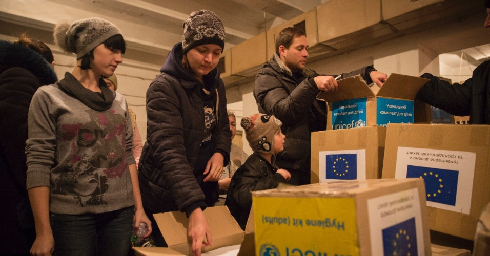 29.jan.2015 - Famílias em abrigos antiaéreos em Donetsk, no leste da Ucrânia, recebem kits de higiene enviados pelo Comitê Europeu de Ajuda Humanitária e Proteção Civil (Echo, na sigla em inglês) e pela Unicef. Mais de 1,7 milhões de crianças afetadas pela crescente crise no leste do país sofrem risco de contrair várias doenças devido à falta de higiene