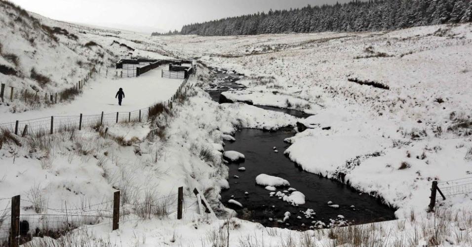 29.jan.2015 - Fazendeiro vai ao encontro de suas ovelhas em montanha perto da aldeia de Cargan, no norte do Reino Unido, após nevascas fortes que fecharam mais 200 escolas nesta quinta-feira na Inglaterra e na Irlanda do Norte