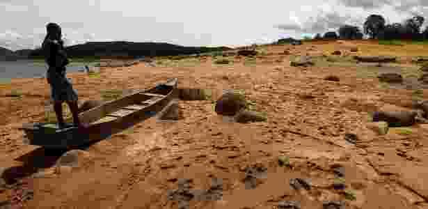29.jan.2015 - Homem observa barcos encalhados onde antes havia água no reservatório de Funil, em Itatiaia, na região sul do Estado do Rio de Janeiro - Marcos de Paula/ Estadão Conteúdo