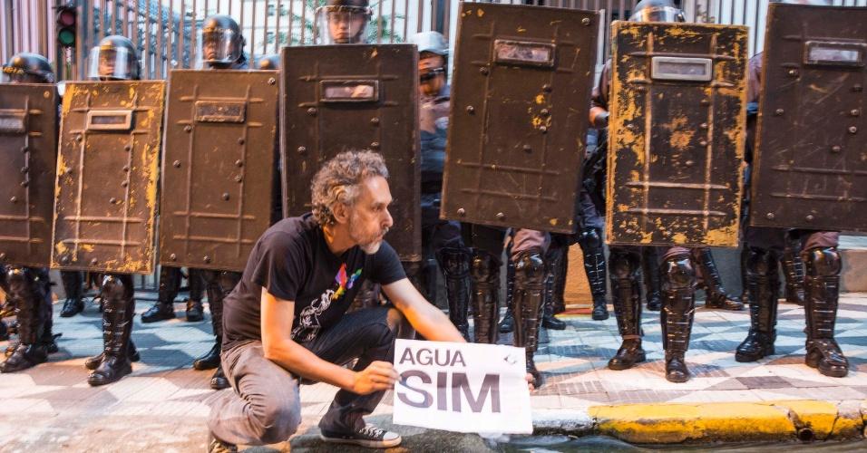 29.jan.2015 - Manifestante segura cartaz com os dizeres