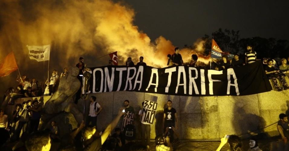 29.jan.2015 - Manifestantes fazem ato em frente ao Monumento às Bandeiras, no Ibirapuera, na zona sul de São Paulo, durante protesto contra aumento da tarifa do transporte público. O protesto bloqueou a avenida 23 de Maio no sentido aeroporto de Congonhas, na noite desta quinta-feira (29)