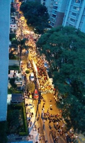 29.jan.2015 - Manifestantes fazem passeada na rua onde vive o prefeito de São Paulo, Fernando Haddad, no Paraíso, zona sul da capital paulista, durante sexto ato contra o aumento da tarifa do transporte público, na tarde desta quinta-feira (29). Os manifestantes pretendiam entregar o troféu