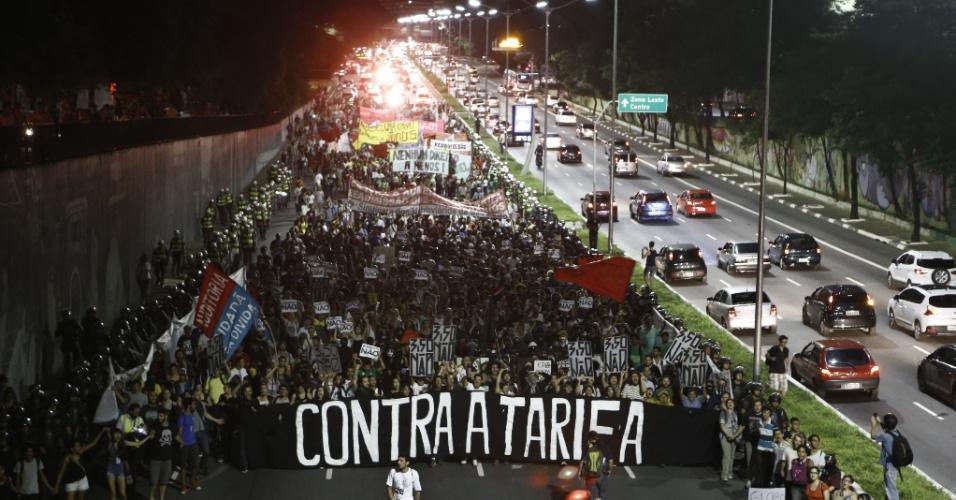29.jan.2015 - Manifestantes fazem passeata pela avenida 23 de Maio, na zona sul de São Paulo, durante sexto atocontra aumento da tarifa do transporte público. O protesto bloqueou a via no sentido aeroporto de Congonhas, na noite desta quinta-feira (29)
