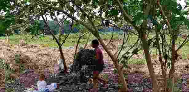 Margem seca da represa Billings é ocupada por moradores da região de Pedreira - Sergio Castro/ Estadão Conteúdo