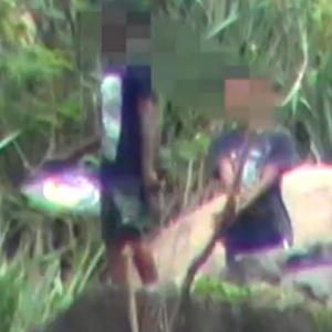 Menor armado brinca com pipa no Complexo do Lins, na zona norte do Rio - Reprodução/Extra