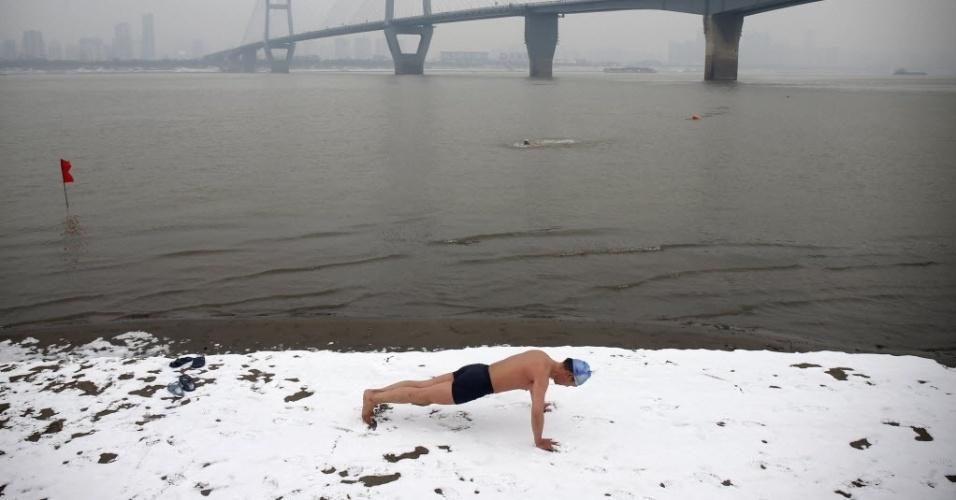 29.jan.2015 - Nadador faz exercícios na margem do rio Yangtze, em Wuhan, na província de Hubei, na China
