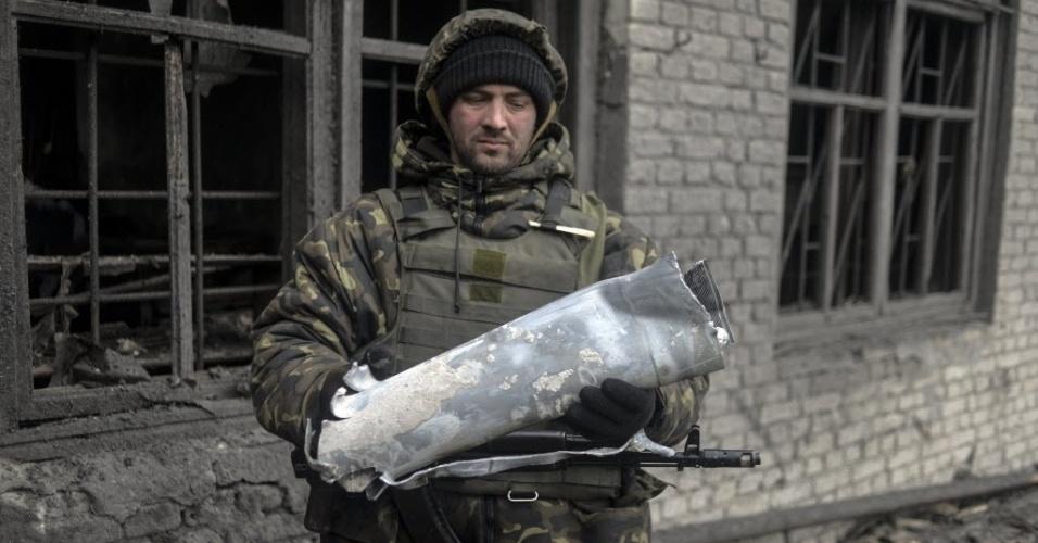 29.jan.2015 - Soldado ucraniano examina um fragmento de foguete após um bombardeio perto de Debaltseve, na região de Donetsk, no oeste do país. O presidente Petro Poroshenko apelou à Rússia pelo fim dos conflitos, enquanto os EUA ameaçaram medidas mais duras contra Moscou
