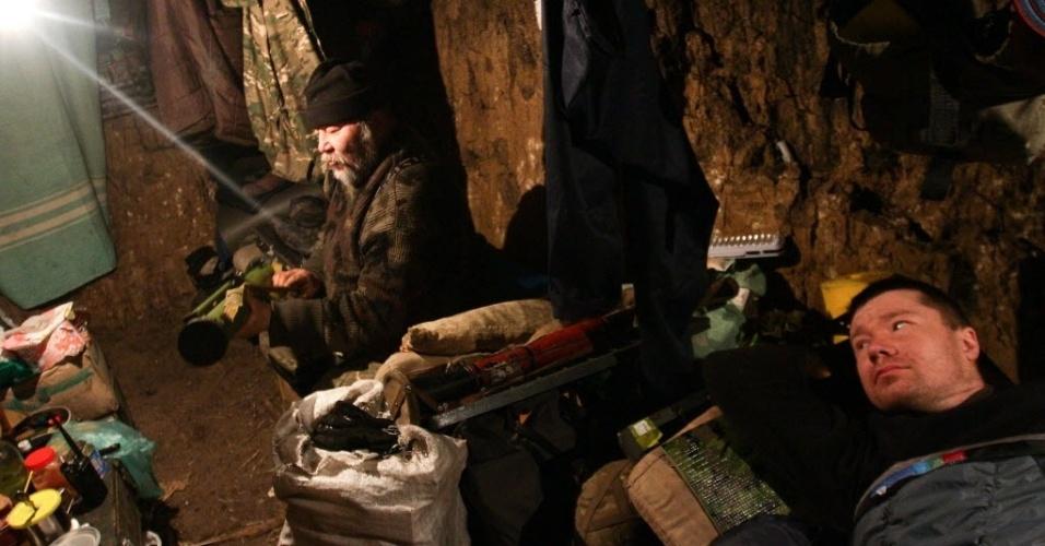 29.jan.2015 - Soldados ucranianos descansam em um esconderijo subterrâneo em um posto de controle perto de Lysychansk, na região de Lugansk, no oeste do país. O presidente Petro Poroshenko apelou à Rússia pelo fim dos conflitos, enquanto os EUA ameaçaram medidas mais duras contra Moscou