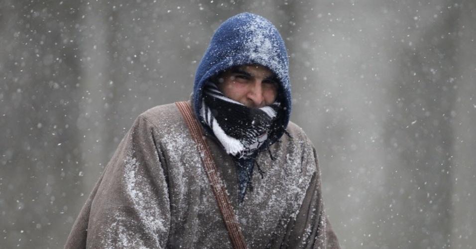 29.jan.2015 - Um homem se protege de nevasca com touca, casaco e cachecol em manhã fria de inverno em Srinagar, na Índia. O local registrou a primeira nevasca da temporada na quinta-feira (29), e a temperatura caiu para -0,2°C, de acordo com o departamento meteorológico da Índia
