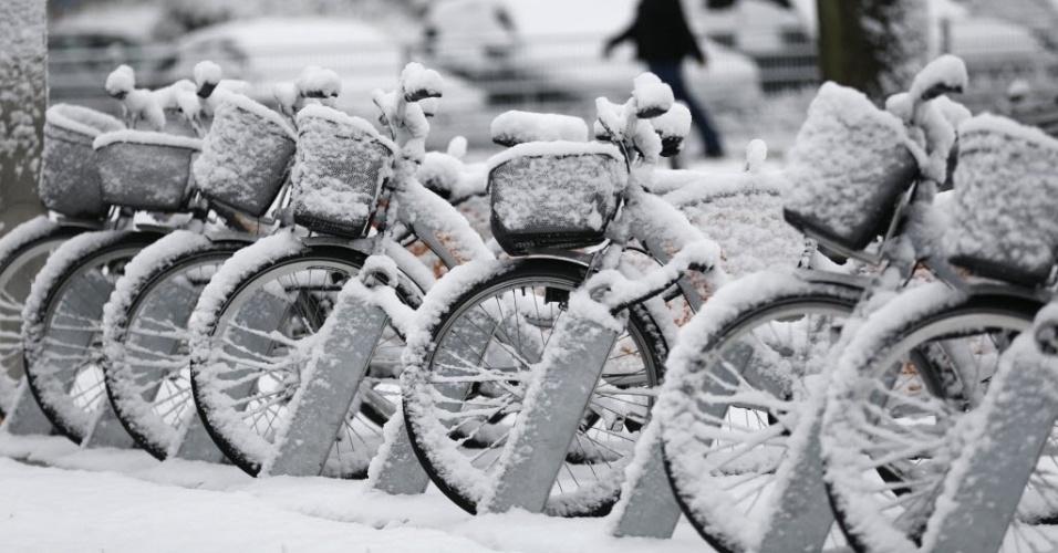 30.jan.2015 - Bicicletas são cobertas por neve após nevasca no oeste da cidade alemã de Bochum, nesta sexta-feira (30)