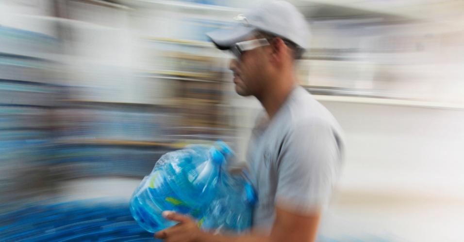30.jan.2015 - Cresce a procura por galões d'água em São Paulo. Na foto, estoque de garrafas de água mineral em uma loja no bairro do Paraíso, zona sul da cidade