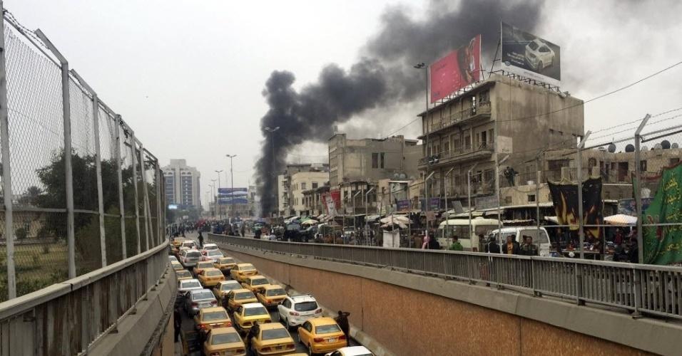 30.jan.2015 - Fumaça sobe no local de um atentado em Bagdá, no Iraque, nesta sexta-feira (30). Segundo fontes de segurança, pelo menos 12 civis foram mortos quando duas bombas explodiram no centro de Bagdá. Uma primeira explosão no distrito de Bab al-Sharqi foi seguida pela detonação de um carro-bomba, segundo as fontes. Pelo menos 30 pessoas também ficaram feridas no ataque