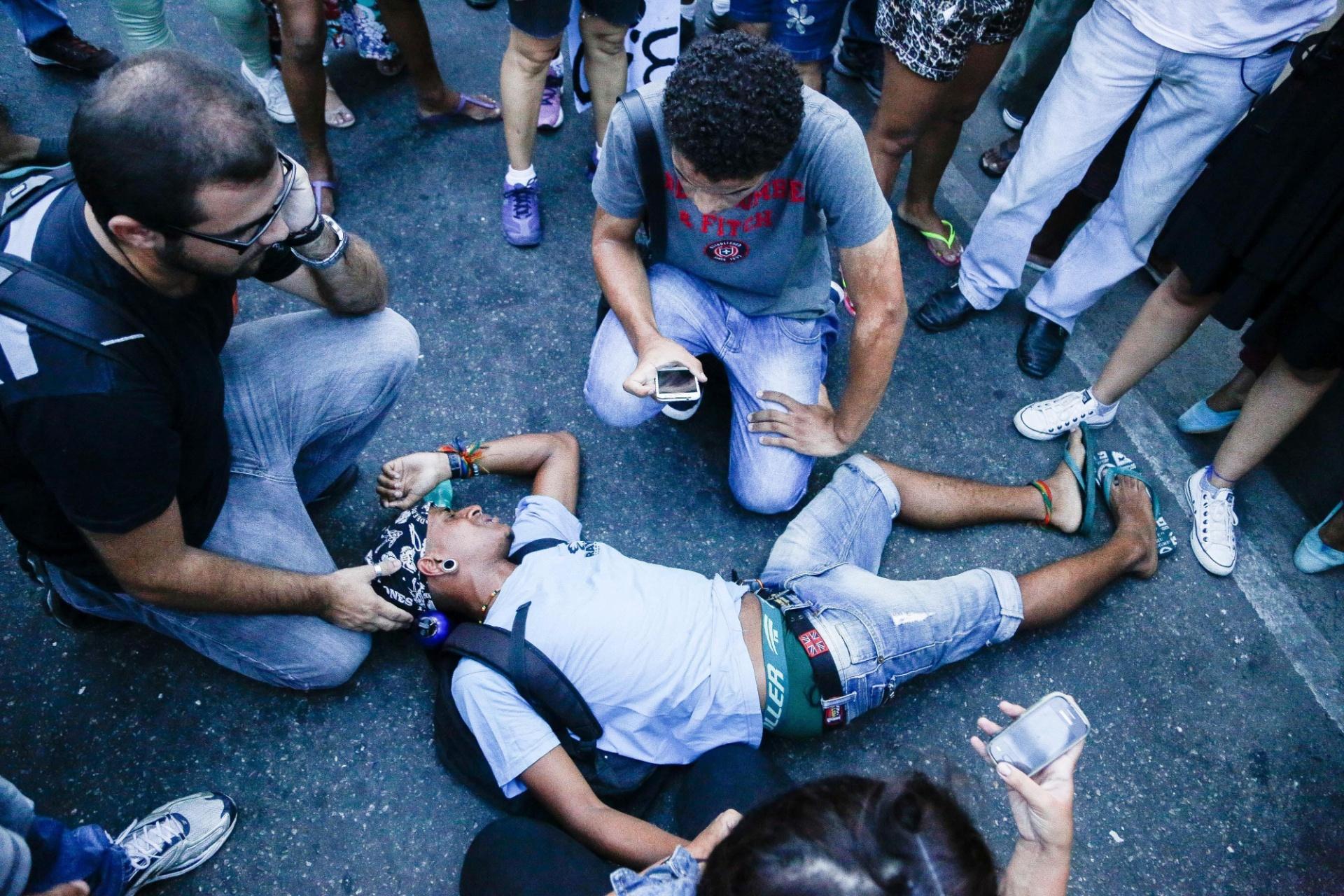 167c9edde451d 30.jan.2015 - Manifestantes acodem colega desacordado durante passeata  contra o aumento das