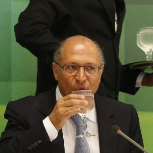 30.jan.2015 - O governador de São Paulo, Geraldo Alckmin, bebe água durante entrevista no Palácio do Planalto, em Brasília - Dida Sampaio/Estadão Conteúdo