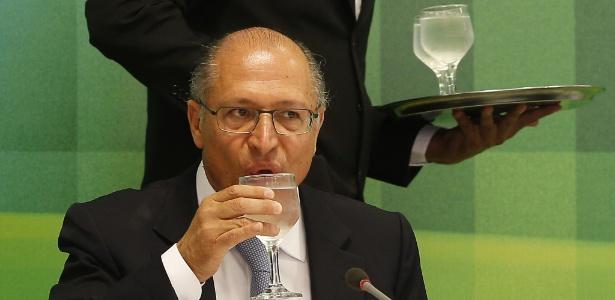 O governador de São Paulo, Geraldo Alckmin, bebe água durante a coletiva no Palácio dos Bandeirantes - Dida Sampaio/Estadão Conteúdo