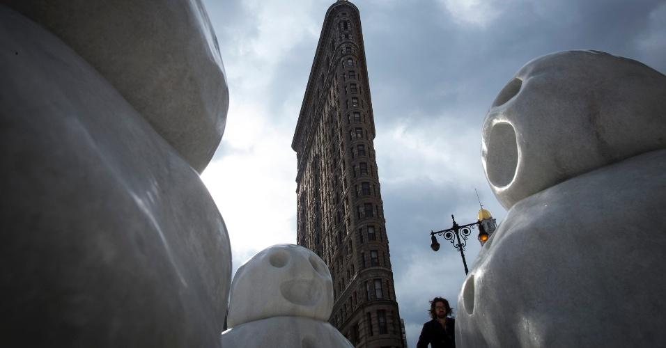 30.jan.2015 - Um homem caminha entre as esculturas do artista Peter Regli próximo ao Flatiron Building, na cidade de Nova York (EUA), nesta sexta-feira (30). As temperaturas permanecem baixas nesta sexta, com queda da neve suave
