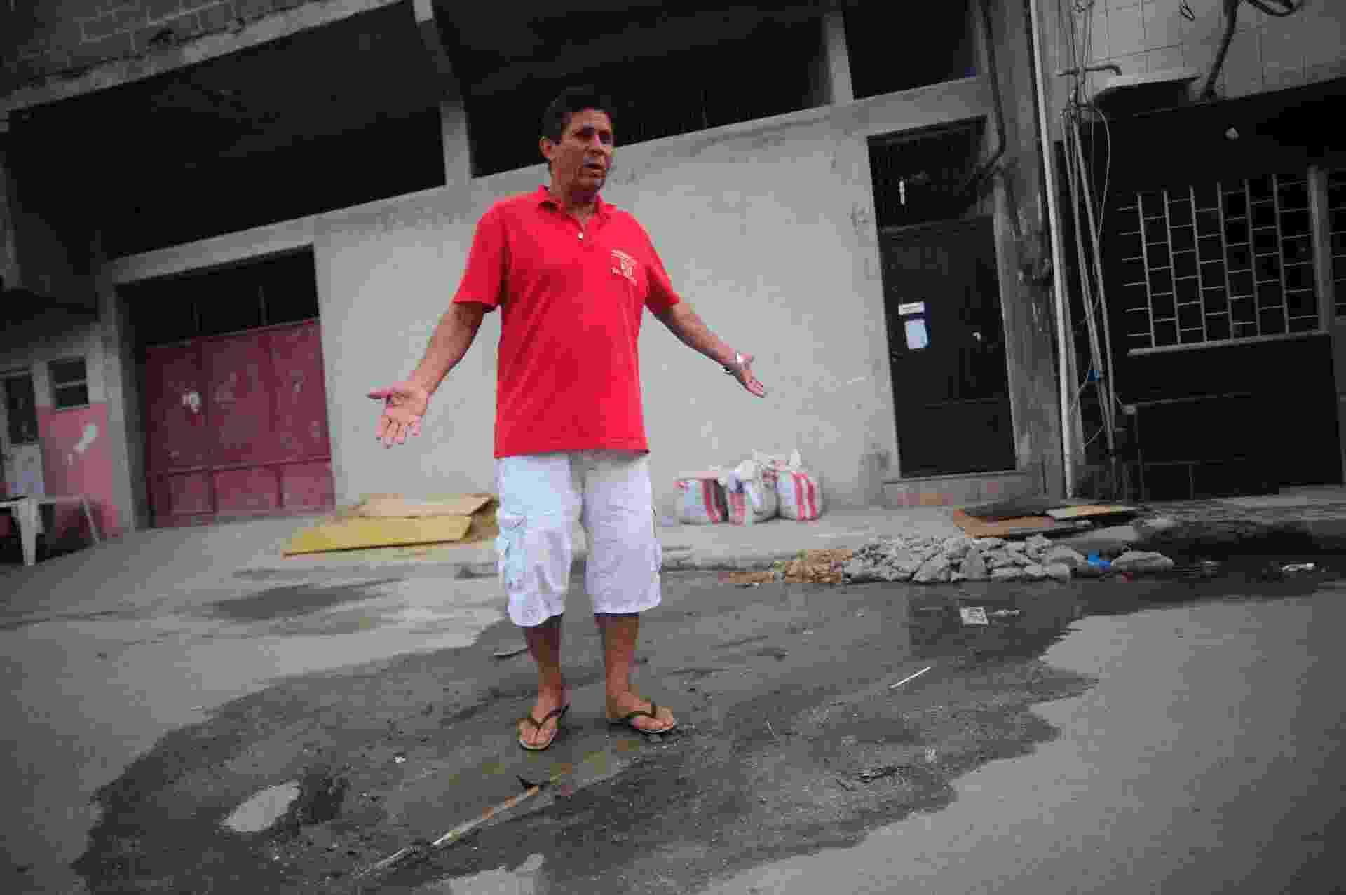 """Presidente da Associação de Moradores do Parque União, uma das 16 favelas que compõem o Complexo da Maré, Deraldo Batista dos Santos é o """"xerife"""" informal do desperdício de água na comunidade - Fábio Teixeira/UOL"""