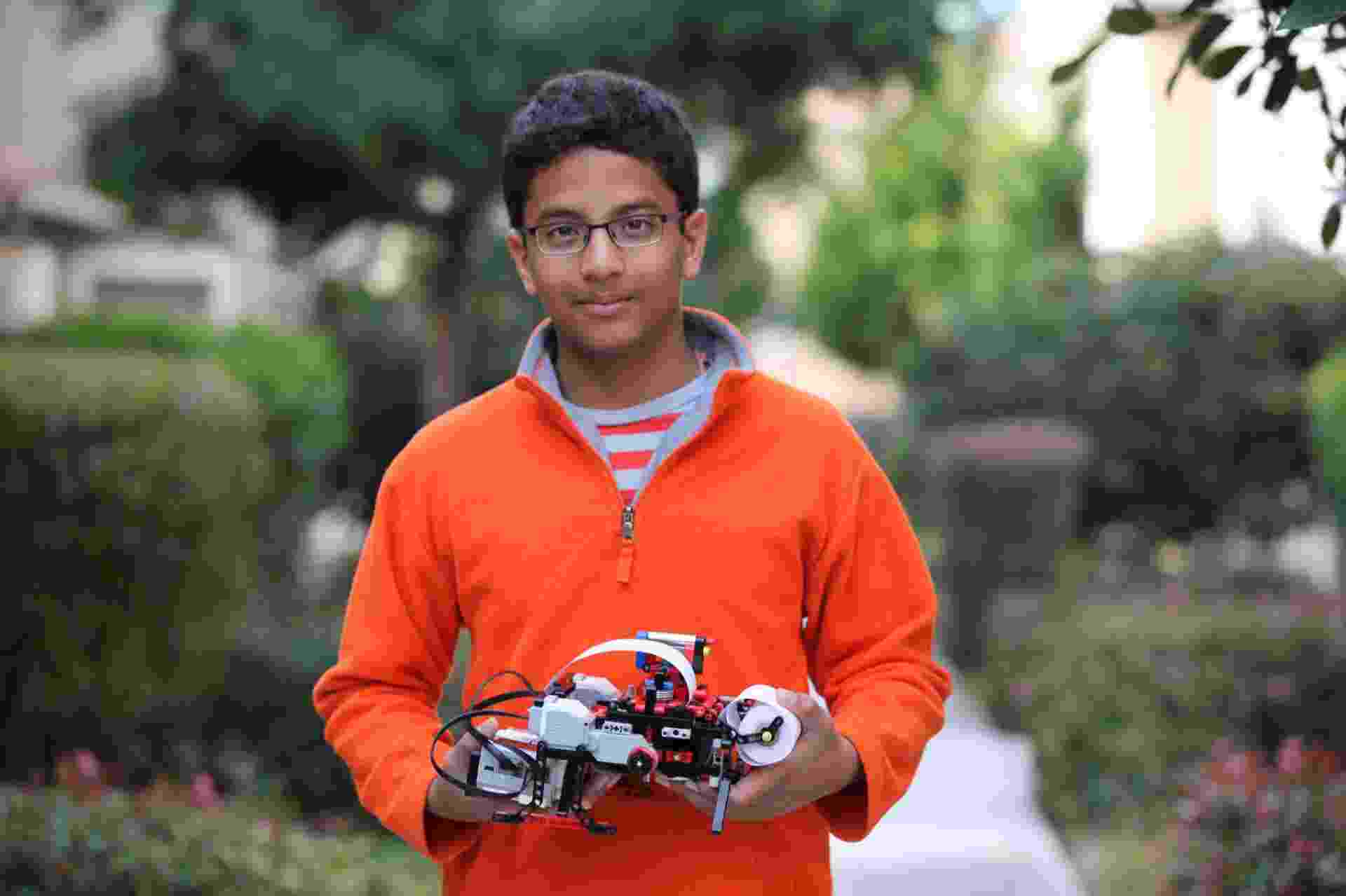 Shubham Banerjee, estudante de origem indiana criador da Braigo, uma impressora braile feita com peças de Lego - Divulgação/Neil Banerjee
