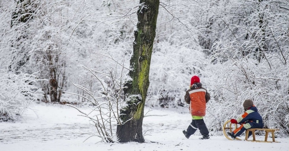 31.jan.2015 -  Crianças brincam com um trenó em um parque coberto de neve em Berlim, Alemanha