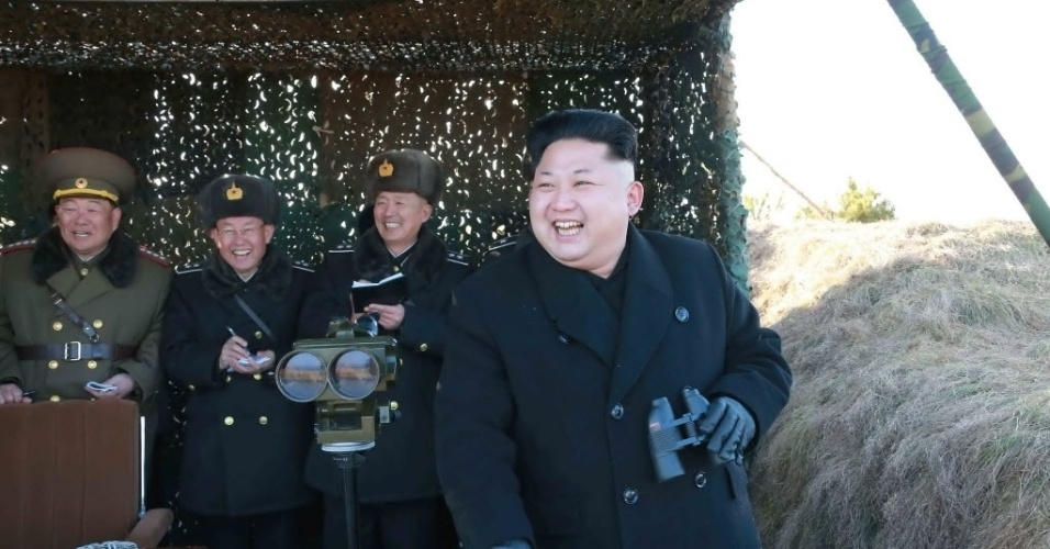 """31.jan.2015 - Ditador da Coreia do Norte, Kim Jong-un inspeciona equipamento do Exército em Pyongyang. Kim deu instruções para reforçar as capacidades de funcionamento das unidades de todos os serviços militares. O dirigente afirmou que Pyongyang não ficará de braços cruzados """"com cães raivosos latindo"""" sobre derrubar seu sistema socialista, em uma aparente resposta a comentários do presidente norte-americano, Barack Obama, para quem o regime norte-coreano está condenado ao fracasso. A imagem sem data foi cedida pela agência de notícias norte-coreana KCNA"""