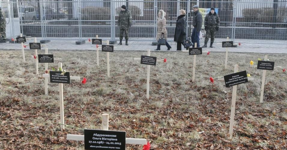 1º.fev.2015 - Cruzes são colocadas em frente à embaixada russa em Kiev, na Ucrânia, para lembrar os manifestantes mortos em Mariupol