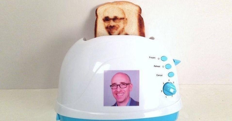 """2.fev.2015 - A empresa Burnt Impressions lançou uma torradeira que possibilita a impressão de selfies no pão. É recomendado apenas um rosto por fatia, além do uso de fotos em alta qualidade. """"Contraste, iluminação e a ausência de sombras também são muito importantes para se obter ótimos resultados nas impressões"""", afirma a empresa em seu site (http://zip.net/bgqJCr). O produto custa de US$ 69 a US$ 144"""