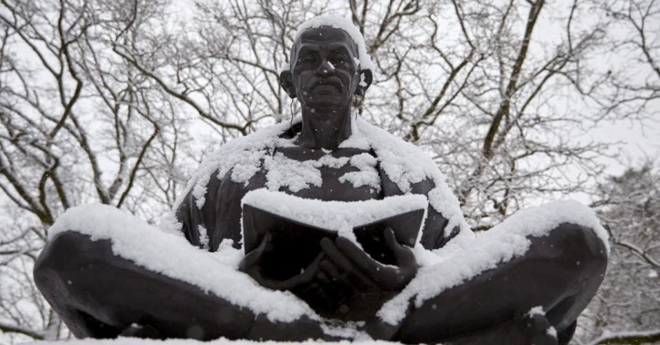 2.fev.2015 - Estátua de Mahatma Gandhi fica coberta por neve na manhã desta segunda-feira (2) na sede europeia da ONU, em Genebra, na Suíça. A estátua foi um presente da Índia para a cidade em 2007