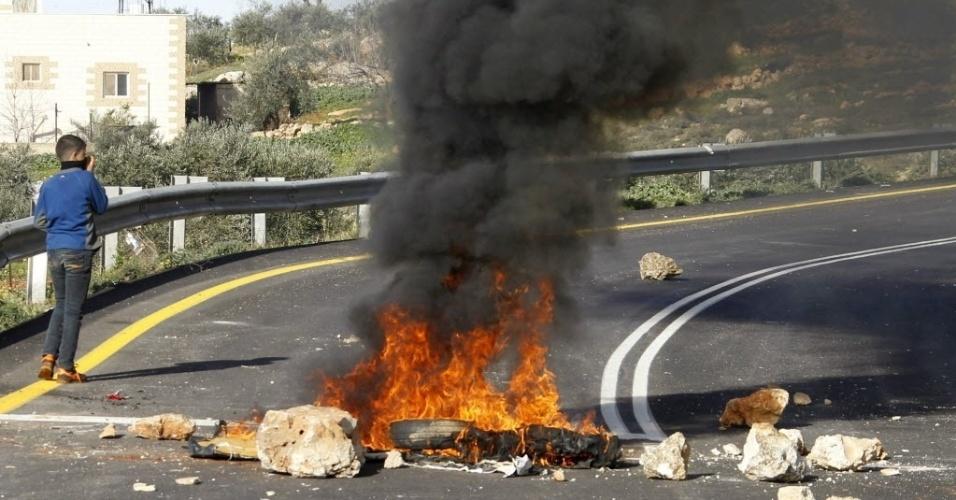 2.fev.2015 - Fogueira feita por palestinos bloqueia uma estrada perto do assentamento judaico de Majdolim, ao sul da cidade de Nablus, na Cisjordânia, nesta segunda-feira (2). O ato foi uma resposta às tropas israelenses, que invadiram o assentamento e teriam derrubado casas