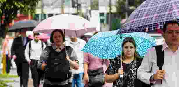 População recorre a guarda-chuvas após dia amanhecer chuvoso nesta segunda-feira (2) na capital paulista - Dario Oliveira/Código19/Estadão Conteúdo