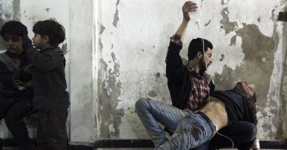 2.fev.2015 - Sírio segura medicamento de homem ferido em um hospital de campo no bairro de Duma, em Damasco, após um ataque aéreo das forças do ditador Bashar Assad, nesta segunda-feira (2)