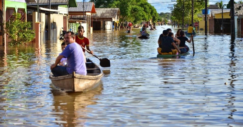 31.jan.2015 - Dez famílias tiveram que deixar suas casas e serem transferidas para um abrigo por causa da nova enchente do rio Tarauacá, no município de Tarauacá, no Acre. De acordo com a Prefeitura do município, neste sábado (31), o nível do manancial estava com 10,65 metros, ultrapassando a cota de transbordamento, que é de 9,50 metros